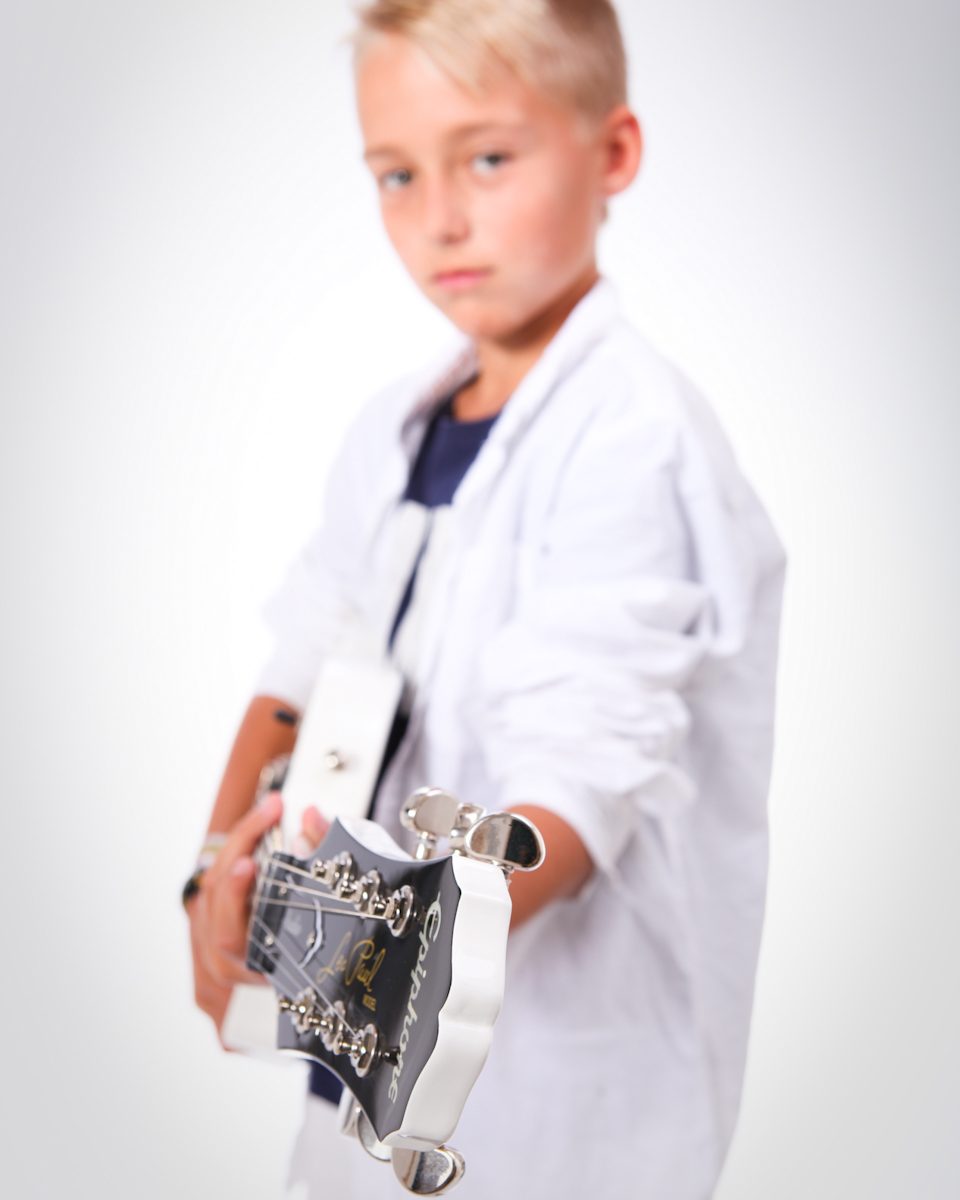 Bild på ung pojke med gitarr.