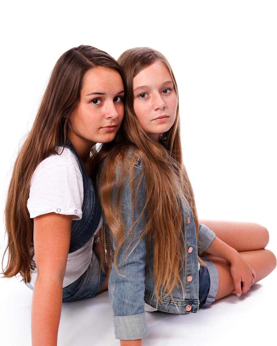 Syskonbild på tonårstjejer. Fotografi från Studio Jätteliten.