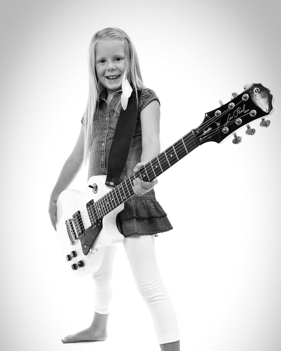 studio jätteliten Barnfotograf Linköping Fotograf Filip Leo Familjefotograf Flicka med gitarr