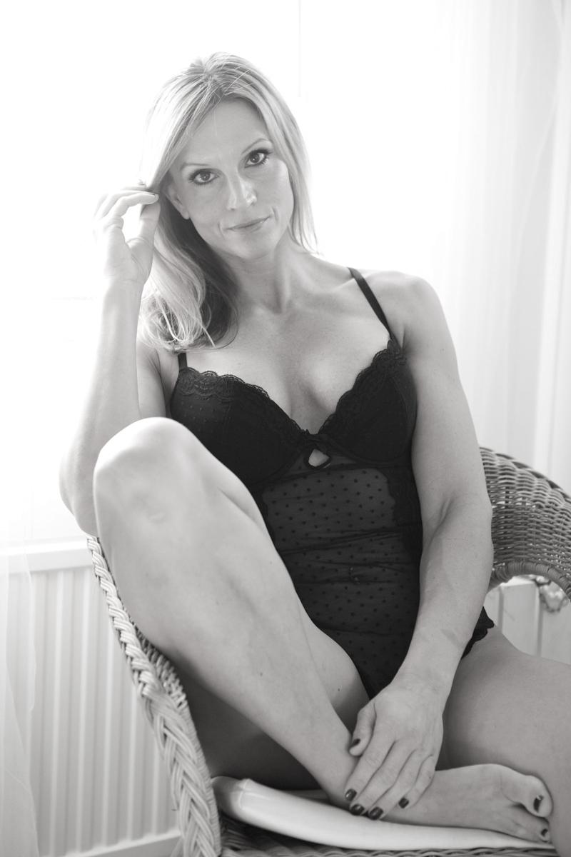 Budiorbilder, kvinna i fina underkläder, bröllop, morgongåva lyx, sensuella bilder. Studio Jätteliten Fotograf Filip Leo